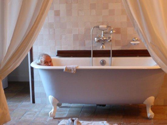 Le Clos du Barry: We cyclists like our bath tubs!
