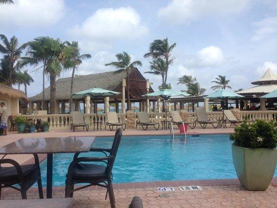 Manchebo Beach Resort & Spa : Poolside dining...