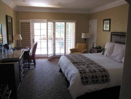 Westlake Village Inn: King Room lake view