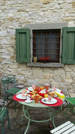 B&B Ponte di Certosa: Outdoor breakfast on a lovely day