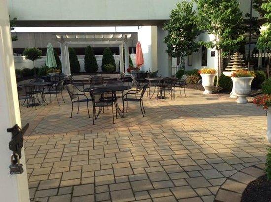 DoubleTree by Hilton Binghamton: Patio