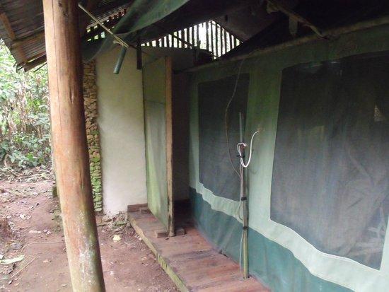 Kibale Forest Camp : Zicht op open badkamer