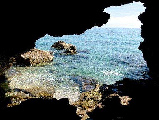 Cala Fuili Beach : uitzicht vanuit een grot op de zee