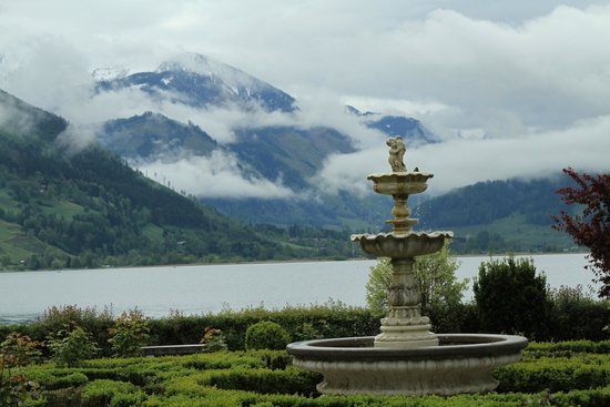 Grand Hotel Zell am See: Lake and mountain view from garden