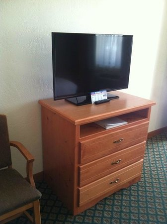 Retro Inn at Mesa Verde : There is nothing retro about that TV!!!