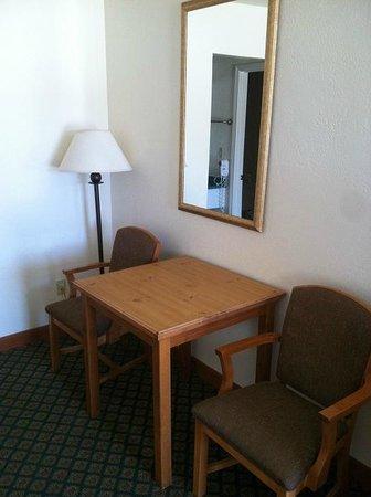 Retro Inn at Mesa Verde: Plenty of ROOM in your ROOM!