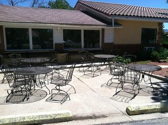 Retro Inn at Mesa Verde: PLENTY of indoor and outdoor seating for breakfast.  Nothing like breakfast on a patio!