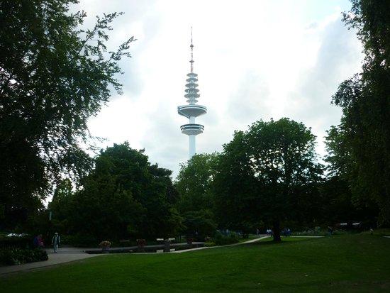 Park Planten un Blomen: Телебашня Гамбурга видна из парка