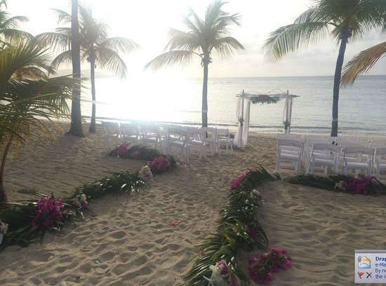 The Buccaneer St Croix : Beach wedding set up