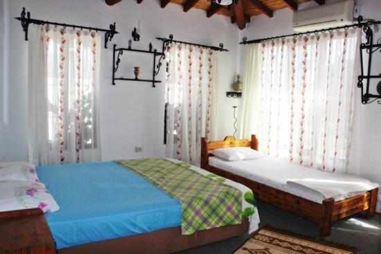 Barim Pension : Üç kişilik odamız... - Our double bed and singel bed....