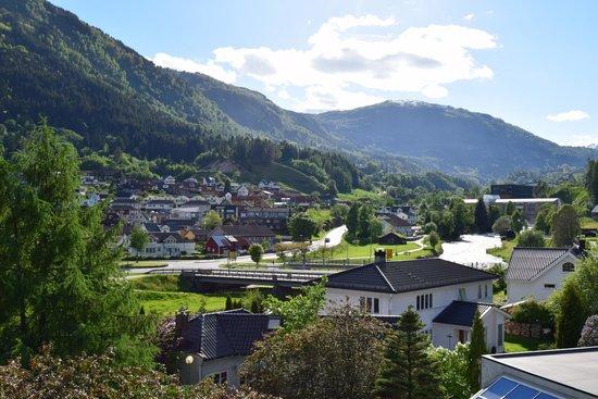 Quality Hotel Sogndal: вид на задний двор отеля