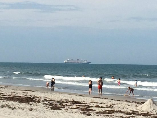 Hilton Cocoa Beach Oceanfront: You can see the cruise ships heading out
