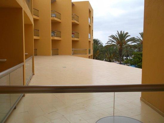 SBH Costa Calma Beach Resort: View over roof of bar