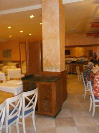 SBH Costa Calma Beach Resort: Damaged plaster in dining area