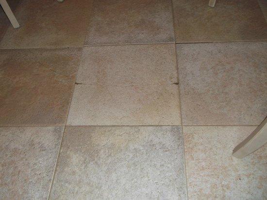 SBH Costa Calma Beach Resort: Crracked tiles in dining room