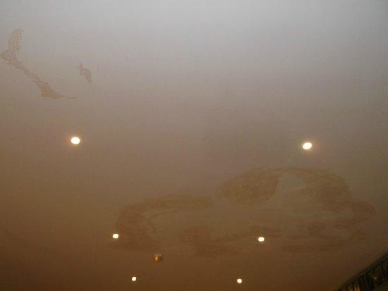 SBH Costa Calma Beach Resort: Water marks on ceiling in communal/bar area