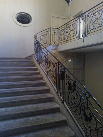 42 Rue Victor Hugo : stairs to the B&B