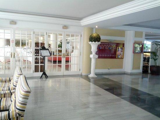 Hotel Augusta Club: вход в ресторан