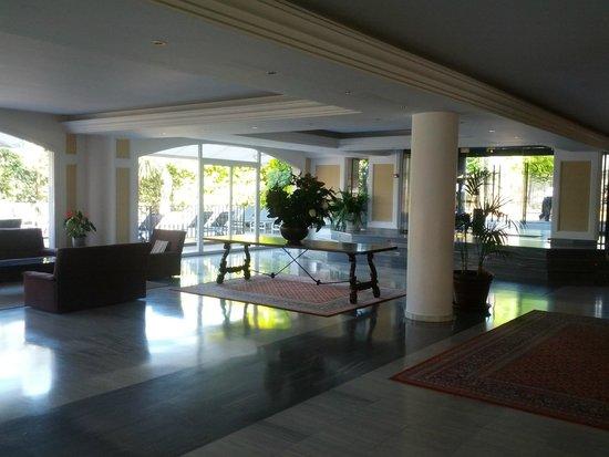 Hotel Augusta Club: просторный холл