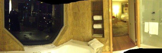The Ritz-Carlton, Millenia Singapore: bathroom
