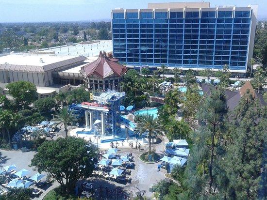 Disneyland Hotel : Wonderful View of the pool