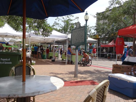 Sarasota Farmers Market: Very pleasant market with live music even off season.