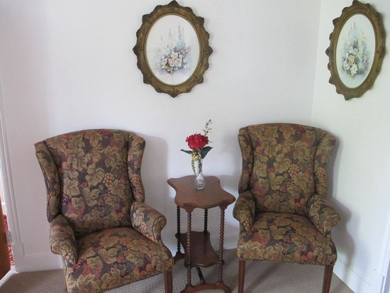 Jamestown Hotel and Restaurant : Have a seat