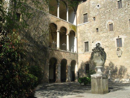 Sovicille, İtalya: Eremo di Lecceto: a courtyard