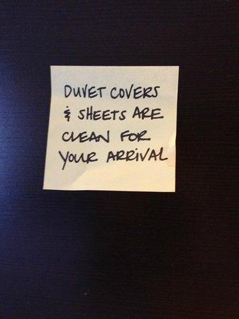 Hampton Inn Denver West / Golden: Post-it note on the bed?