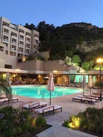 Sheraton Rhodes Resort: Pool Bar and restaurant at dusk