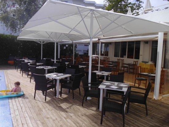 Gavimar Cala Gran Costa del Sur Hotel & Resort: Outside dining area next to decked pool area