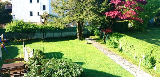 Gästehaus Scheck : Lovly garden infront of the hotel with play area for children