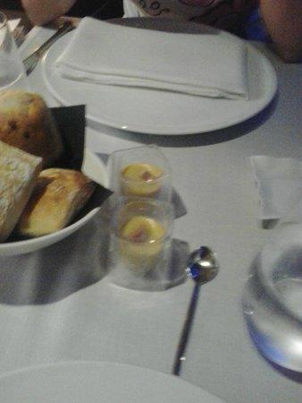 Submarino Restaurant : Crema di olive con acciuga e pane caldo dolce e salato