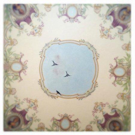 Le Palais Art Hotel Prague: Ceiling in the hotel hallway