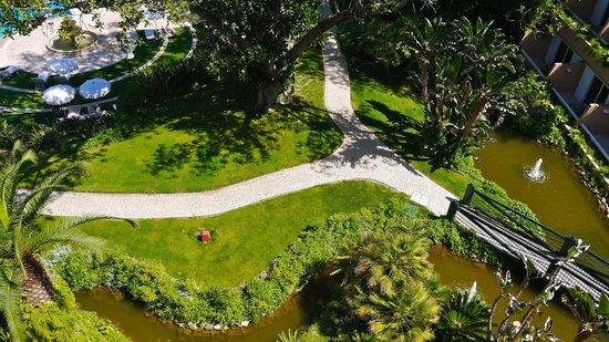 Olissippo Lapa Palace : Way to swimming pool