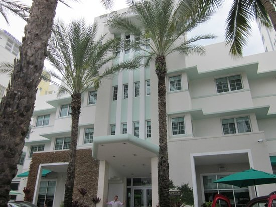 Kimpton Surfcomber Hotel: Front of hotel