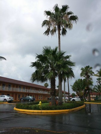Fairway Inn Florida City : Fairway Inn on a rainy day