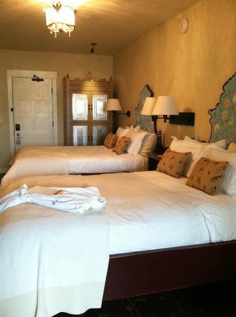 La Fonda on the Plaza: Double beds. Recently renovated rooms