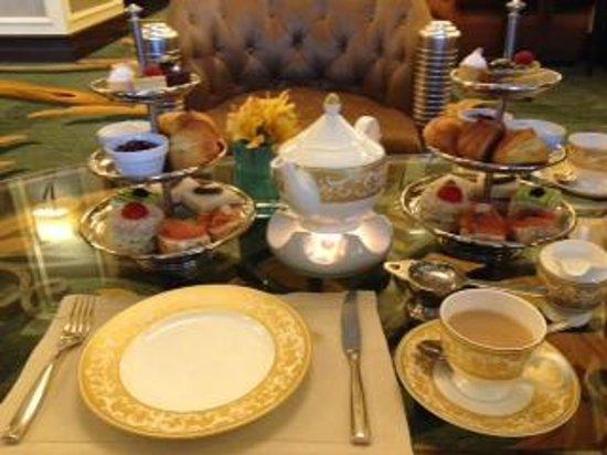 The Ritz-Carlton Abu Dhabi, Grand Canal: Afternoon tea in the Alba lounge