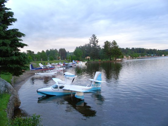 Lake Pleasant Lodge: We're right on the water for sea planes!
