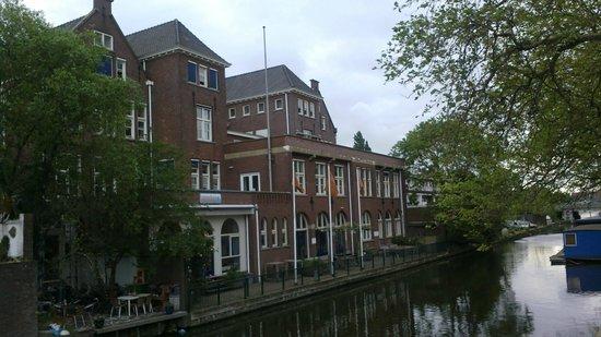 Stayokay Den Haag : Вид на отель со стороны канала. Есть собственная терраса.