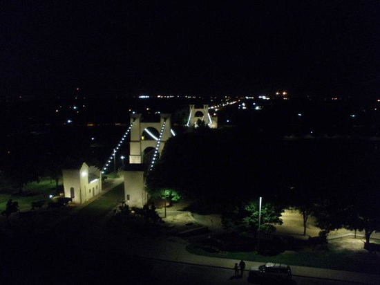 Hilton Waco: Night view of the suspension bridge and river, as seen from our bedroom.