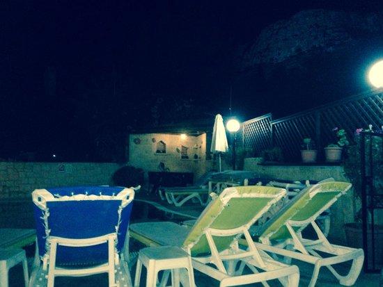 Matheos Apartments: Pool at night