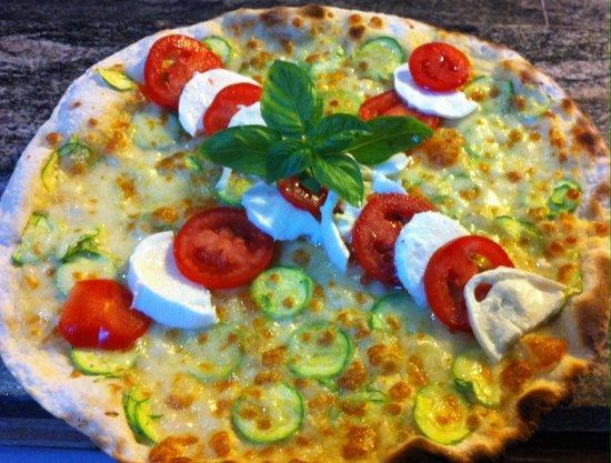Resort Capalbio: Pizza con zucchine. Pomodoro e bufala.
