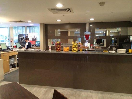 Holiday Inn Express Earls Court: Reception desk & bar area