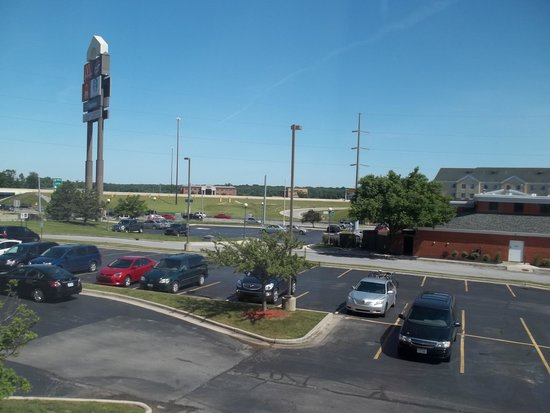 Comfort Suites: View of the parking lot from our room