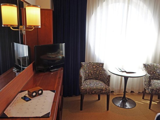 The Maritime Hotel: Room with cool iphone docking speakers