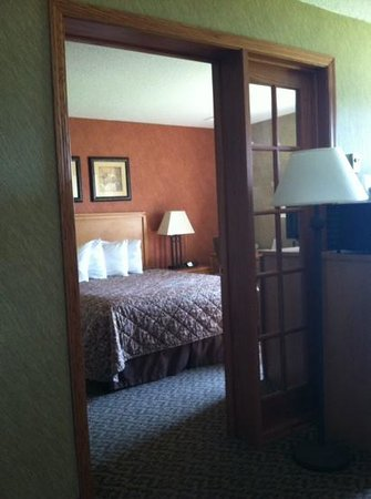 Days Inn Duluth/By Miller Hill Mall: Bedroom seperate from living room/ jacuzzi