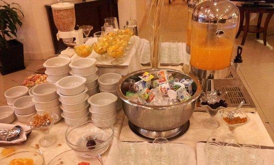 Scala Hotel: Sucos e frutas pela manhã