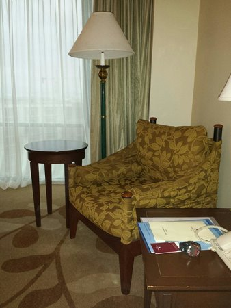 Marco Polo Davao : Seating area in a superior room